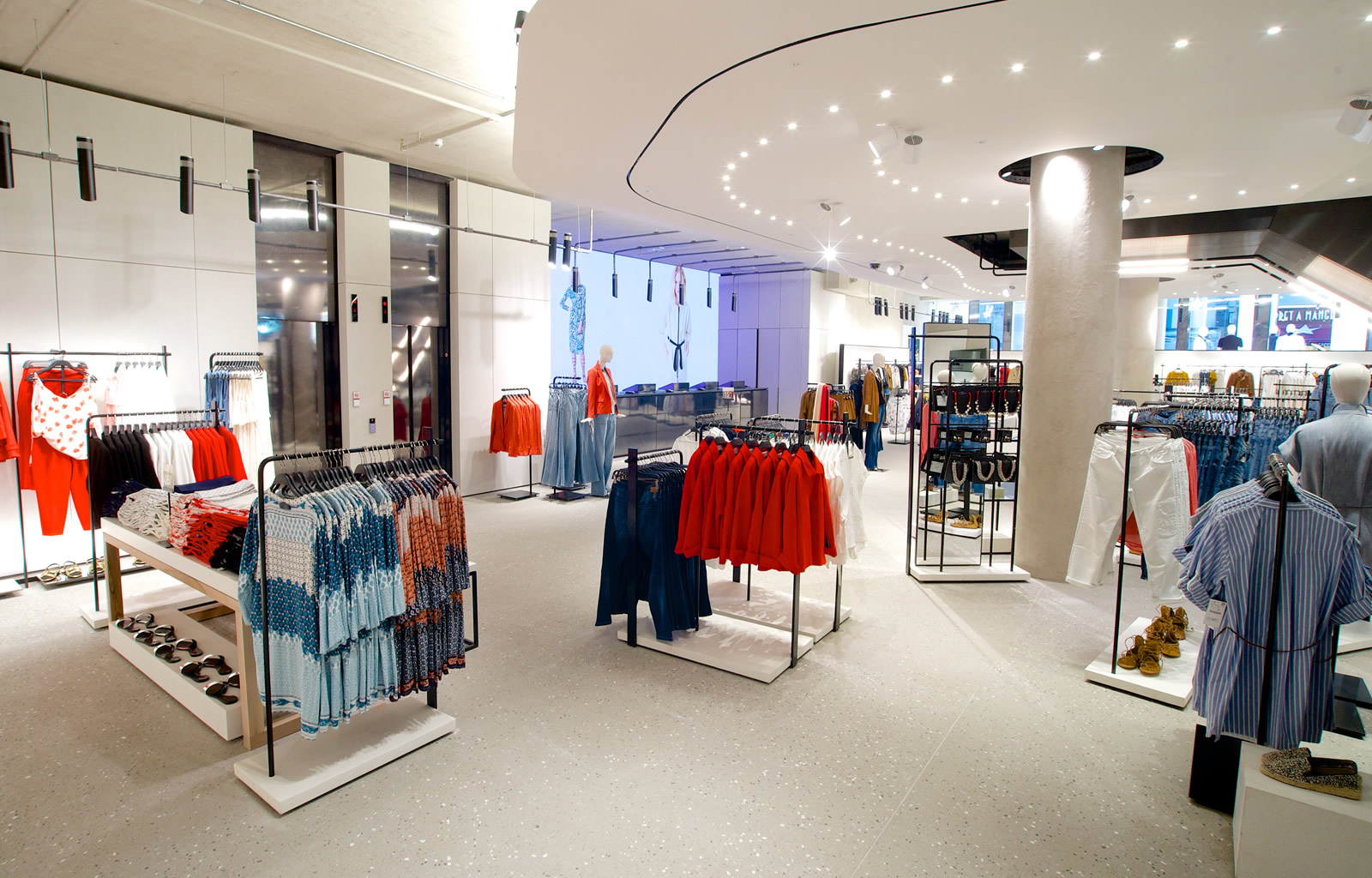 Zara flagship store in London - Rough, industrial , but seamless finish - Rough, industrial , but seamless finish